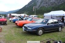 Bilene er linet opp i campen